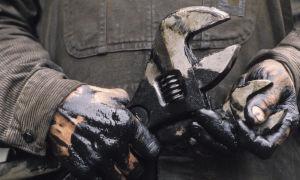Чем отстирать мазут с куртки, пуховика и другой одежды