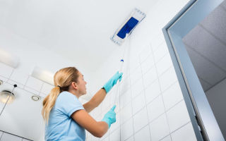 Как самостоятельно помыть натяжной глянцевый потолок без разводов