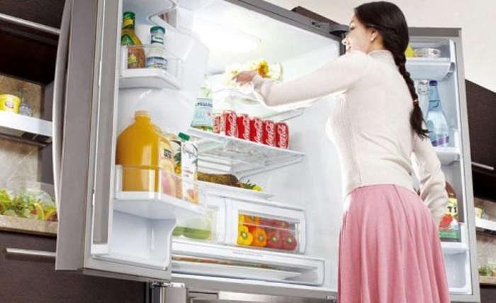 Женщина у холодильника