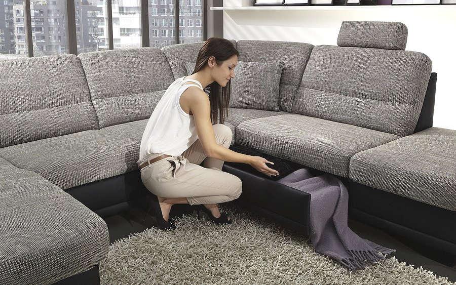 Девушка выбирает новый диван
