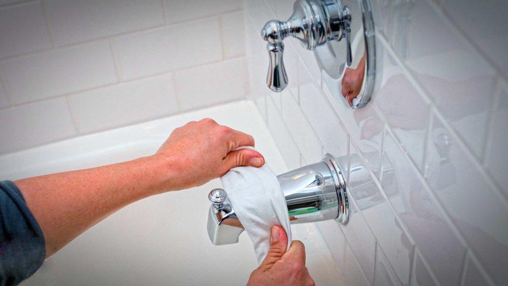 Чистка крана в ванной