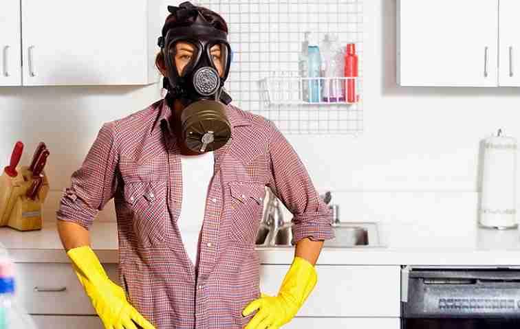 Человек в противогазе на кухне