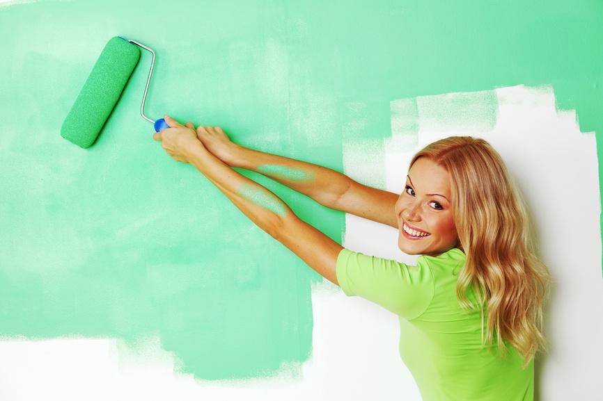 Девушка красит стену