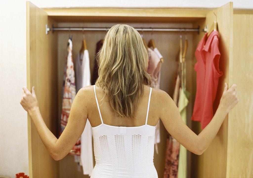 Женщина у шкафа с одеждой