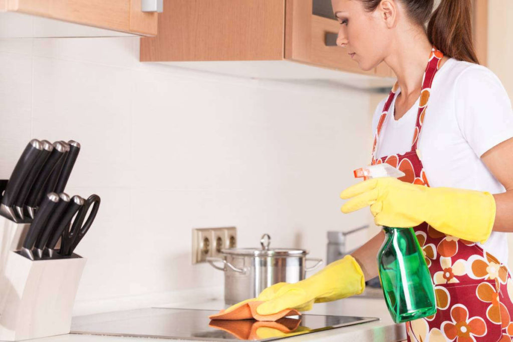 Девушка прибирается на кухне