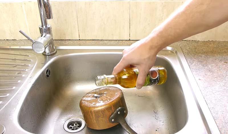 Чистка посуды в раковине