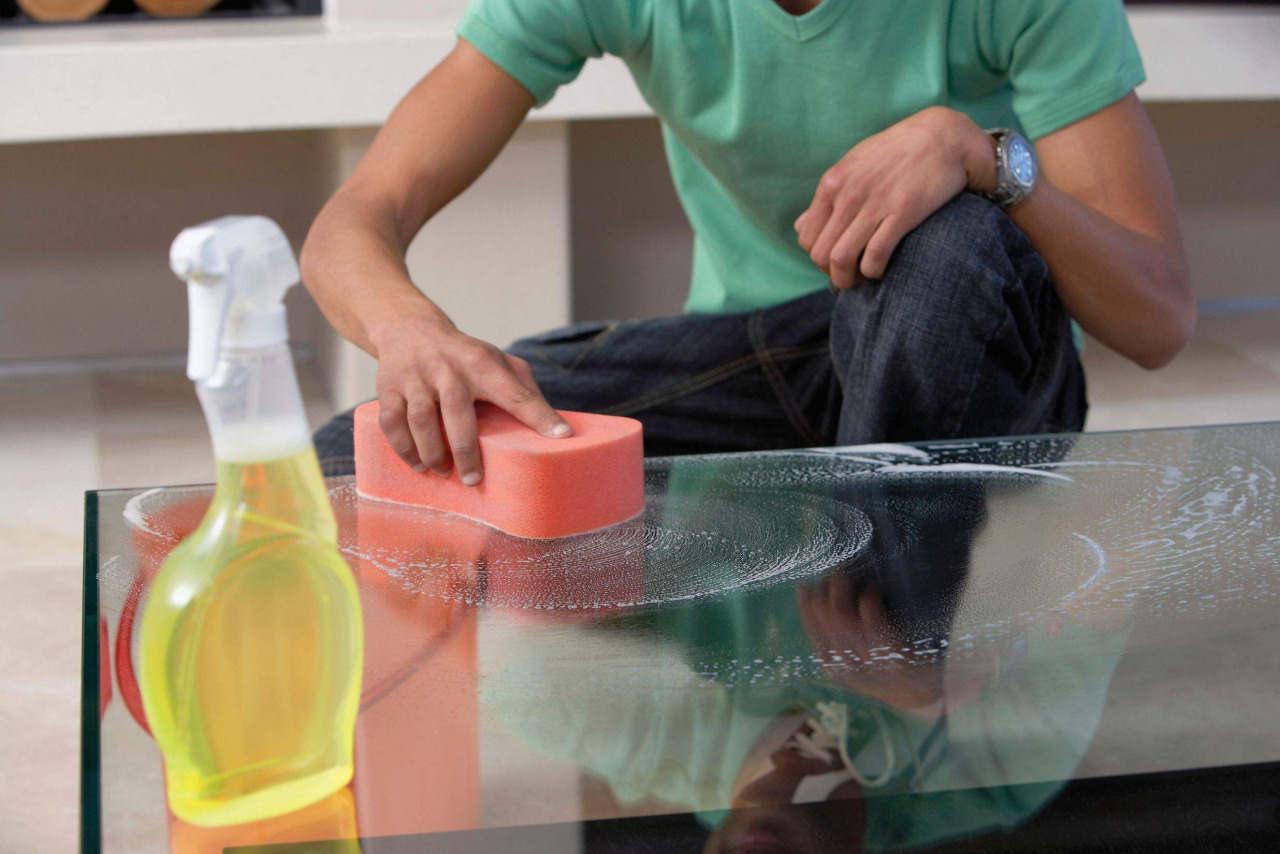 Мужчина моет стол