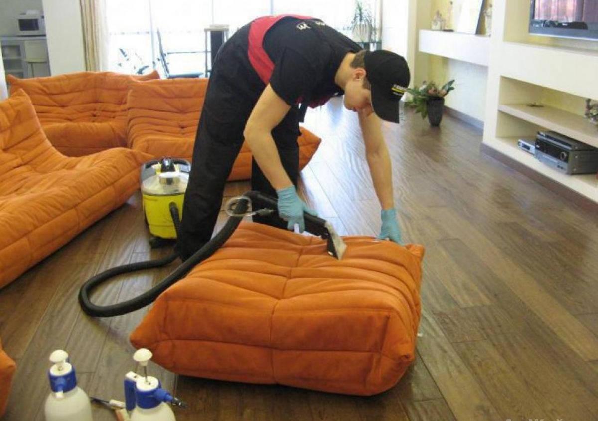 Рабочий чистит мебель
