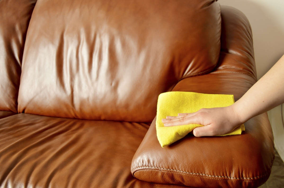 Чистит кожаный диван