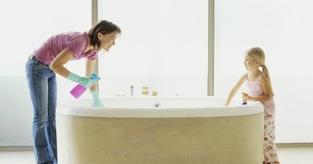 Мама и дочка моют ванну