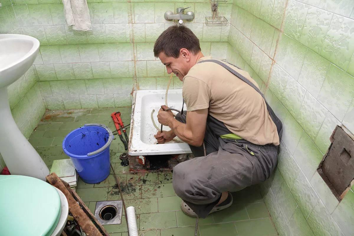 Сантехник чистит канализацию
