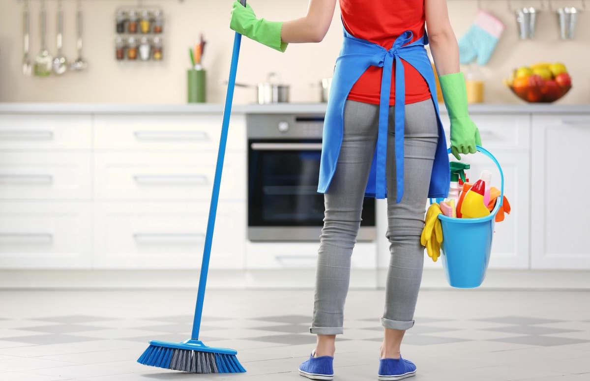 Женщина перед уборкой в квартире