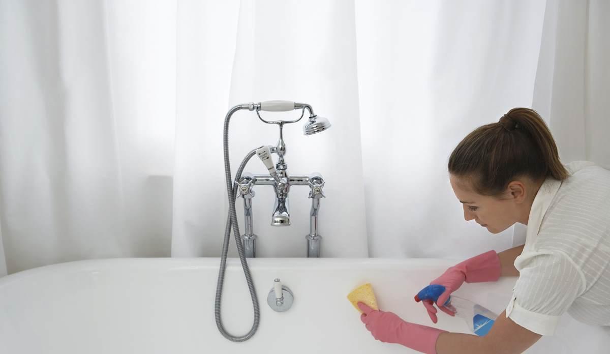 Женщина прибирается в ванной