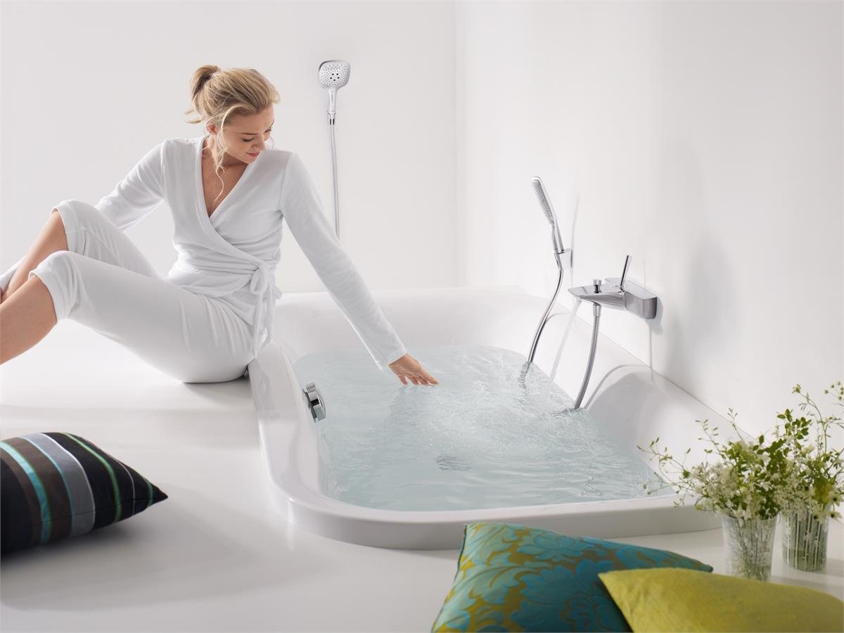 Девушка набирает ванну