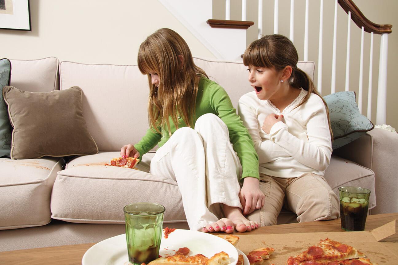 Дети испачкали диван