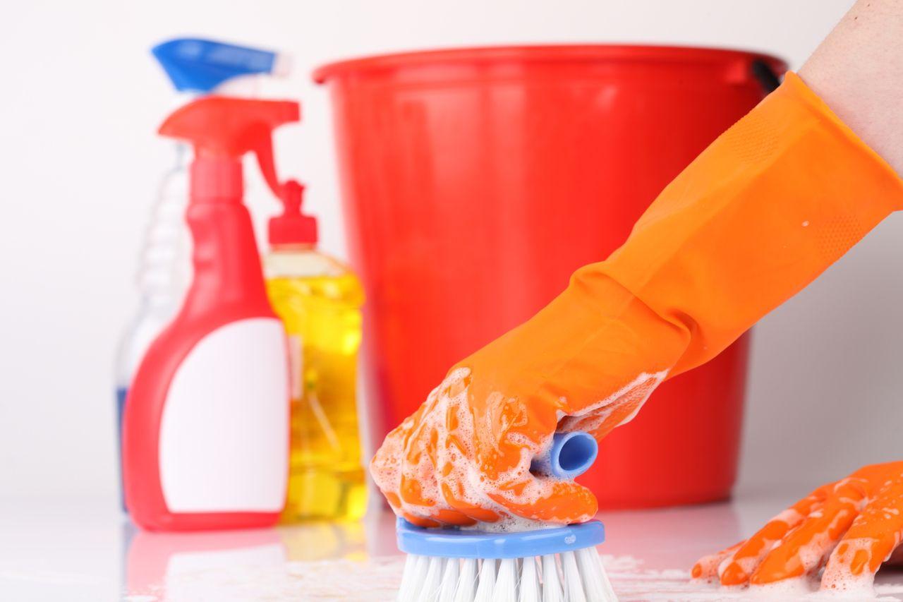 Чистящие средства и рука со щёткой