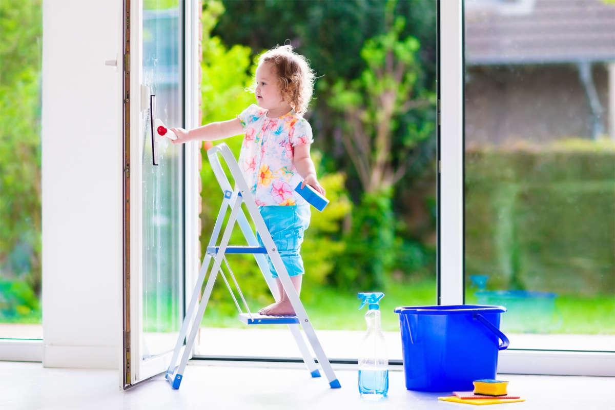Девочка моет окно