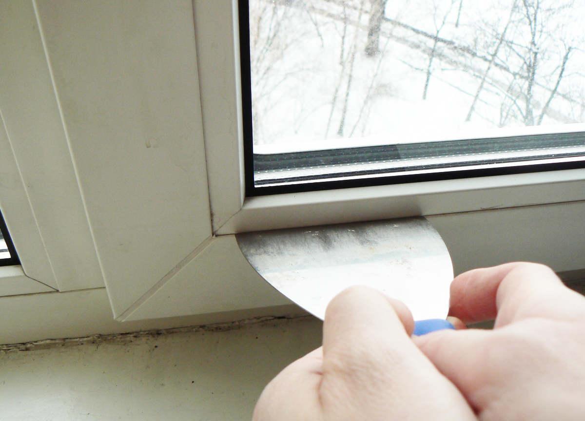 Чистка пазов на окне