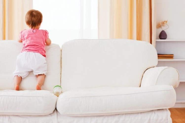 Ребёнок на диване