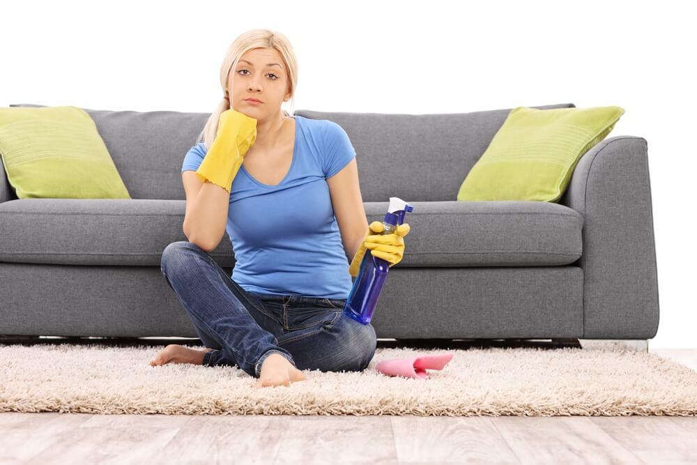 Девушка сидит на полу у дивана