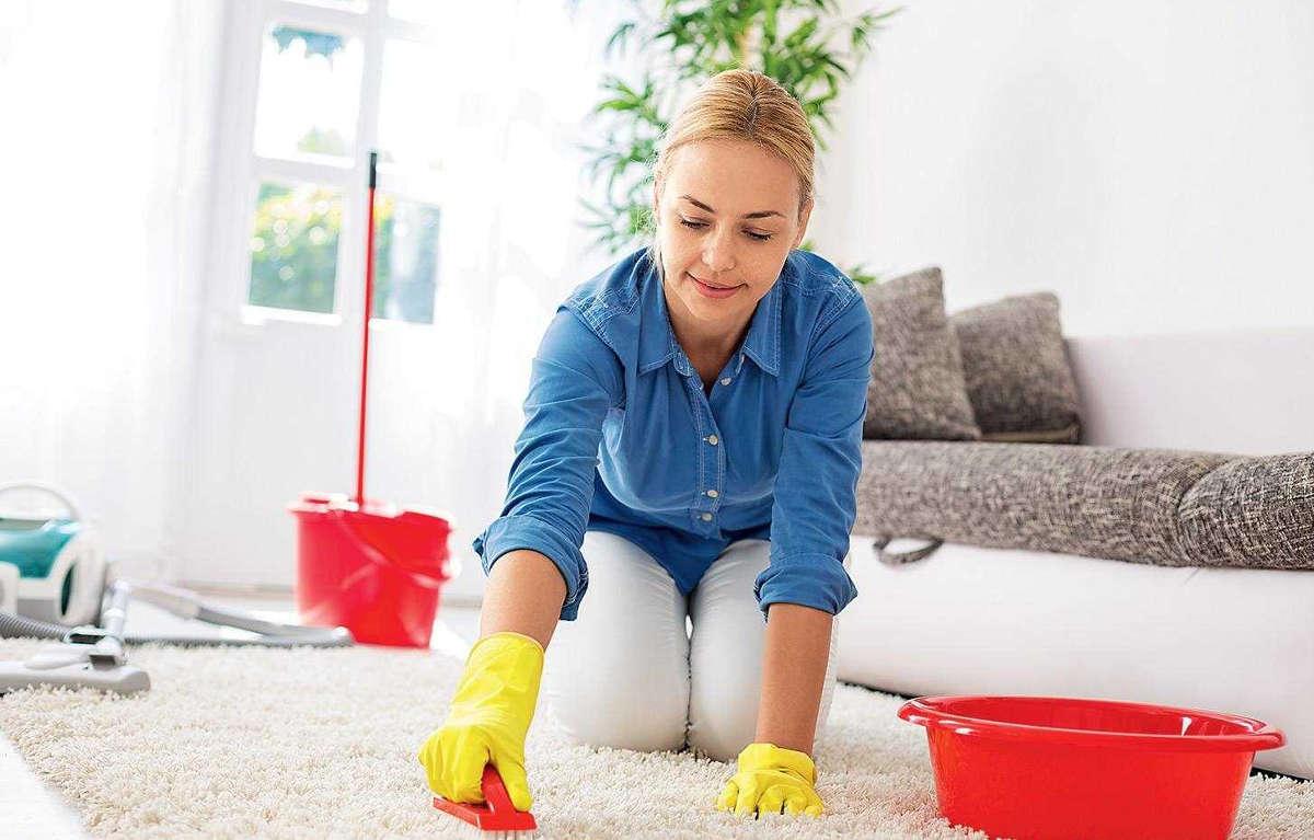 Девушка чистит ковёр