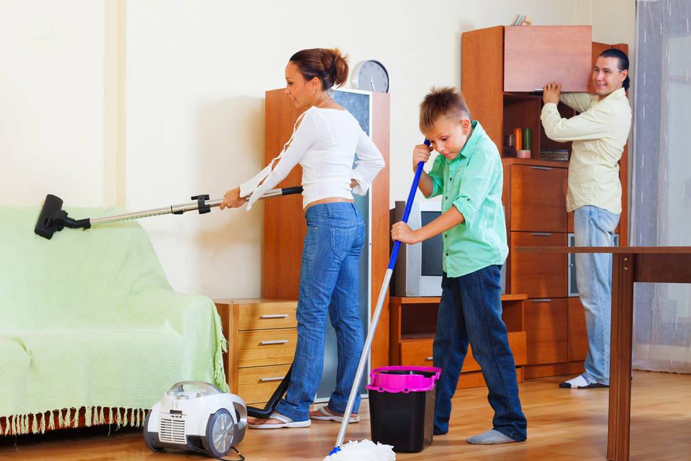 Семья прибирается в квартире