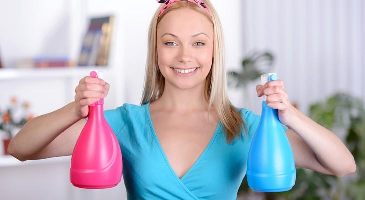 Девушка с бутылками бытовой химии