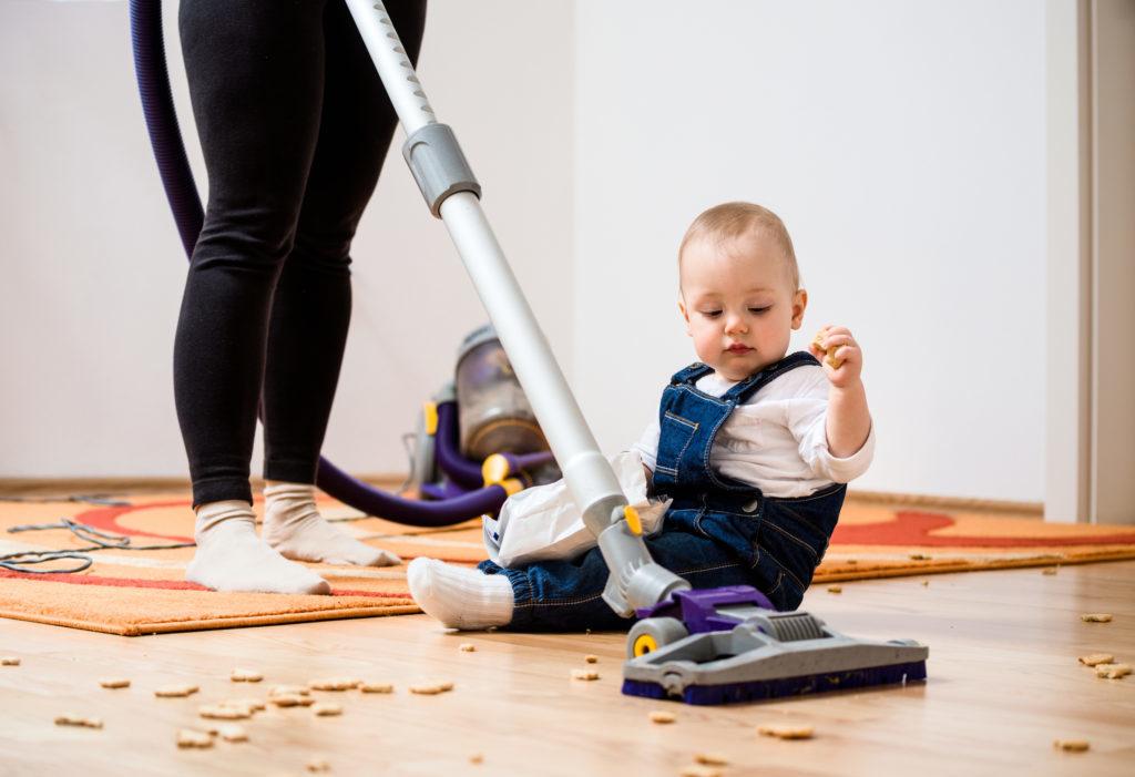 Маленький ребёнок на полу