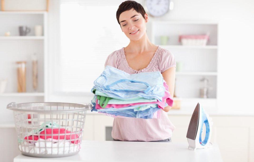 Женщина гладит бельё