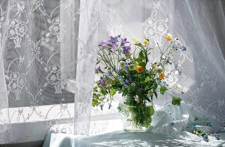 Букет цветов у окна
