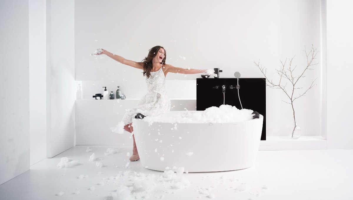 Девушка сидит на краю ванны