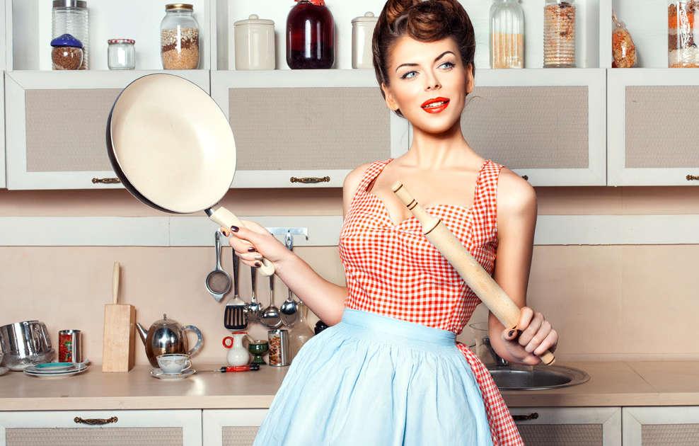 Девушка со сковородкой на кухне