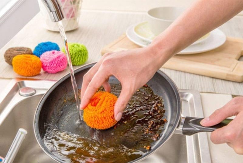 Моет грязную сковородку