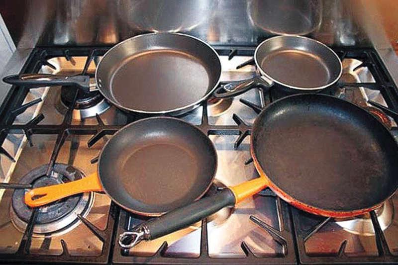 Сковороды на плите