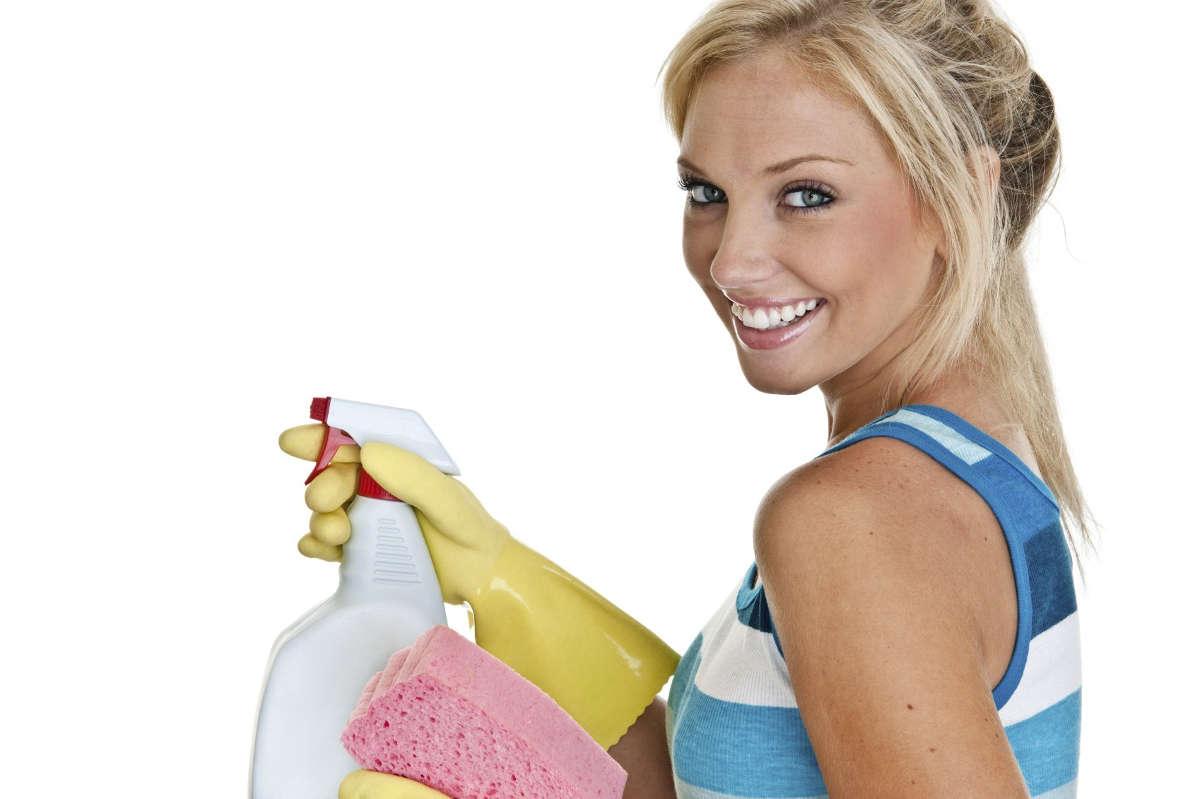 Девушка с чистящим средством
