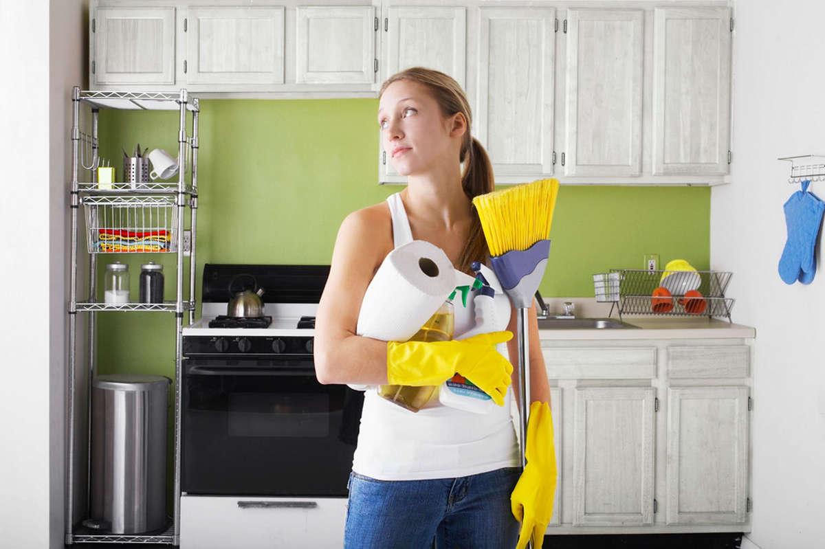 Женщина с инвентарём для уборки