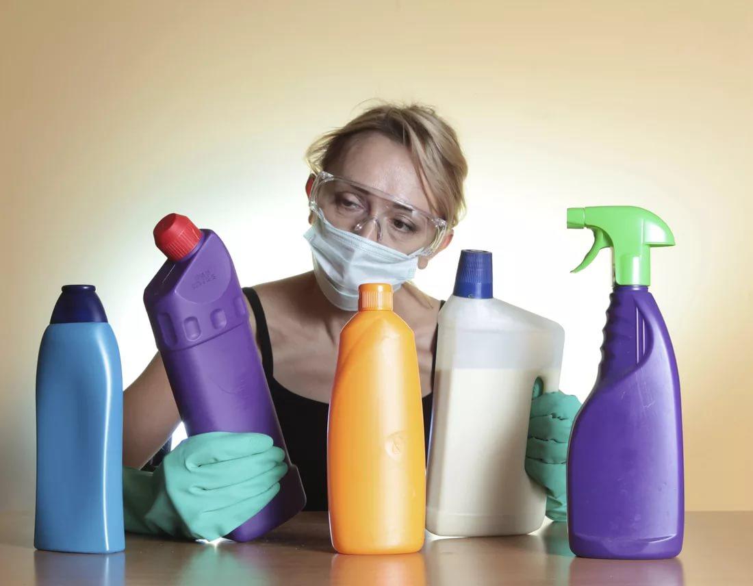 Женщина выбирает чистящее средство