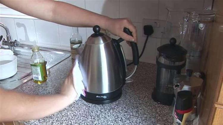 Хозяйка чистит чайник