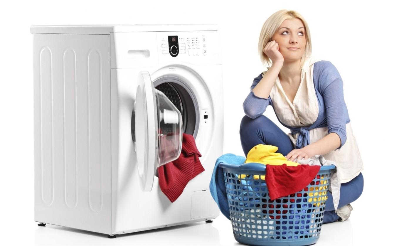 Женщина сидит у стиральной машины