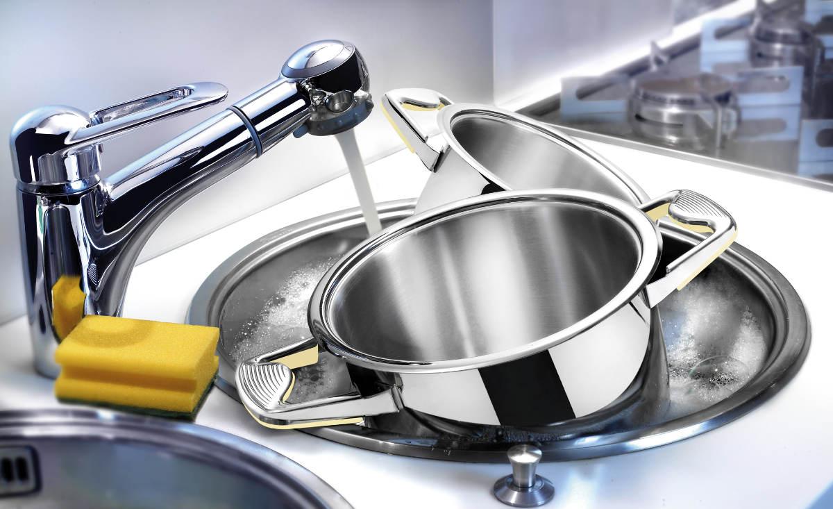 Чистая посуда в раковине