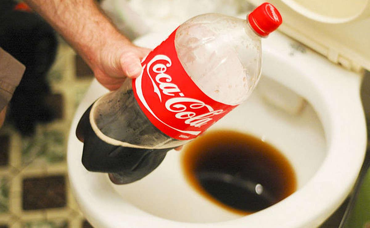 Чистка унитаза кока-колой