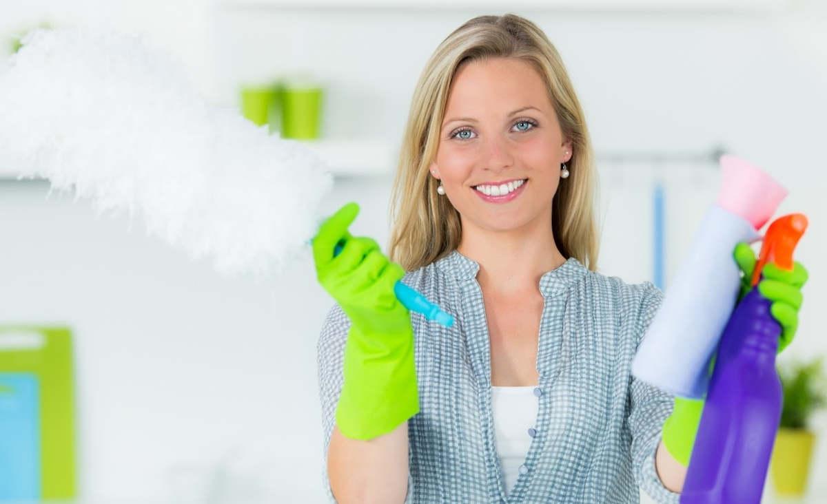 Хозяйка с чистящими средствами