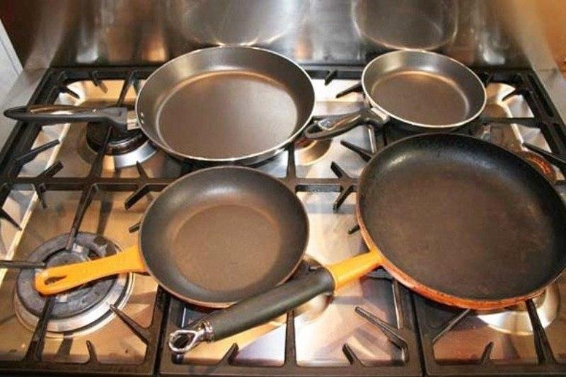 Чистые сковороды на плите