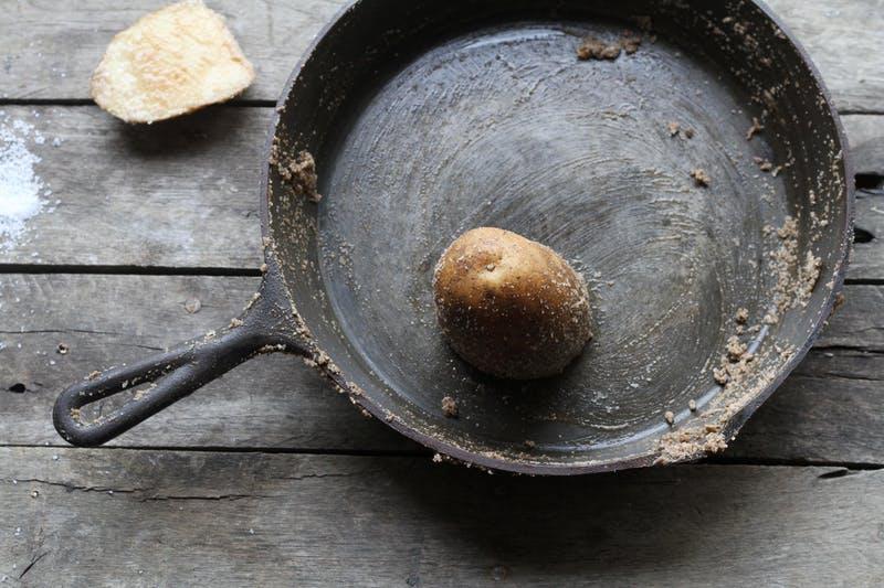 Чистка сковороды картофелем