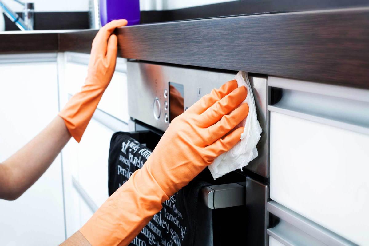 Хозяйка чистит духовку