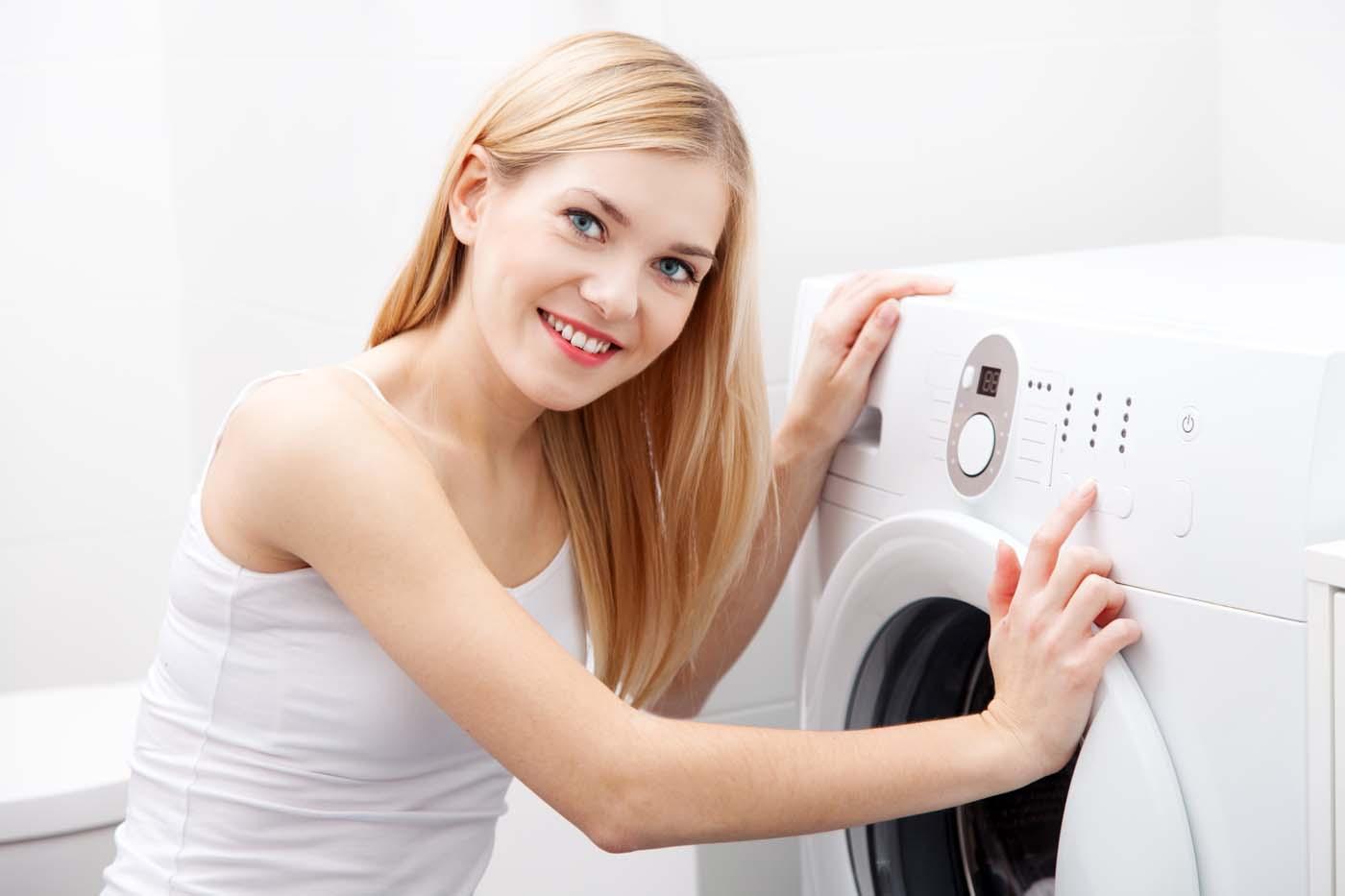 Девушка у стиральной машины