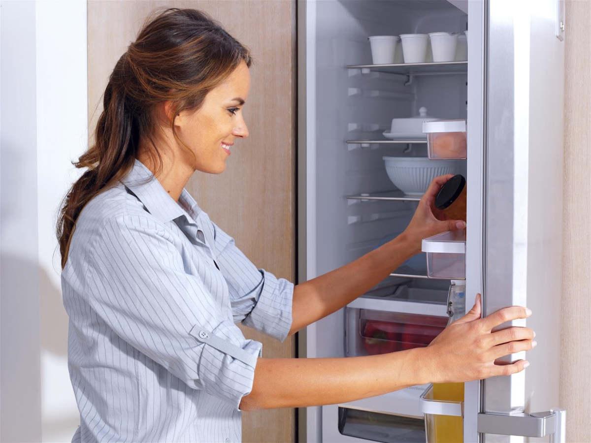 Хозяйка у холодильника