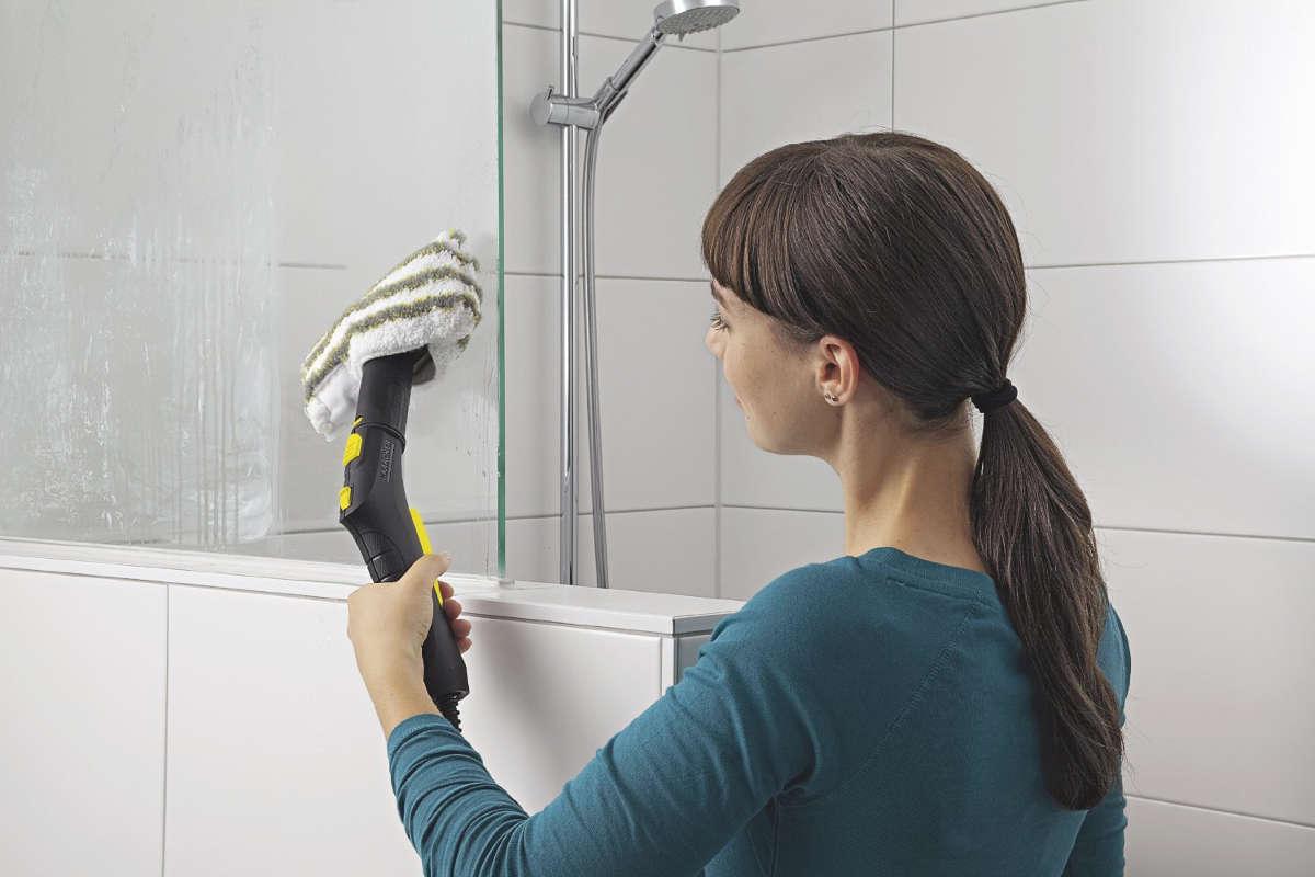 Девушка моет плитку в ванной