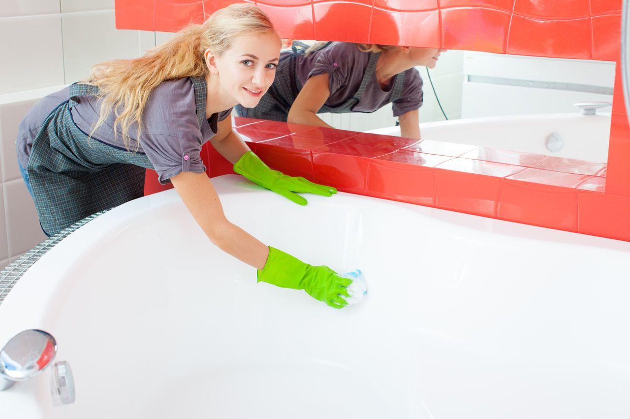 Женщина чистит ванну