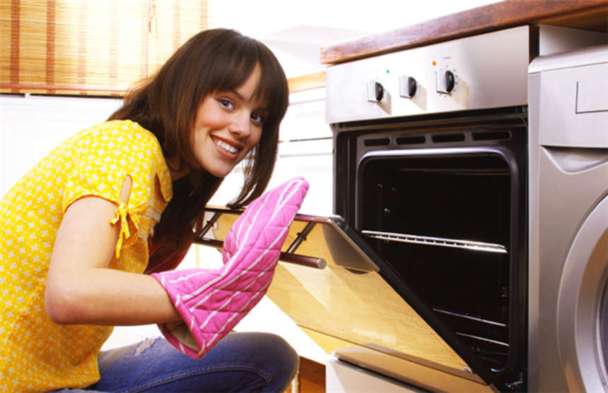 Хозяйка моет духовку